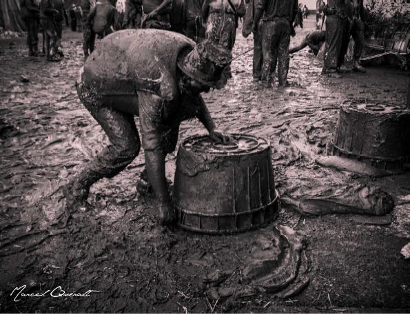 Photo de Marcel Queralt, un homme dans la lie de vin au milieu d'une rue