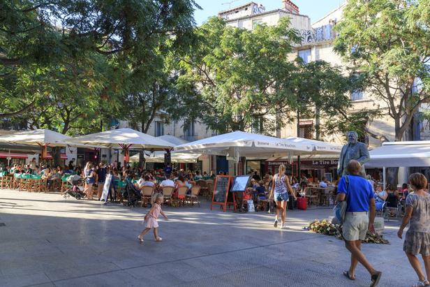 Terrasses de café sur la place Jean-Jaurès à Montpellier